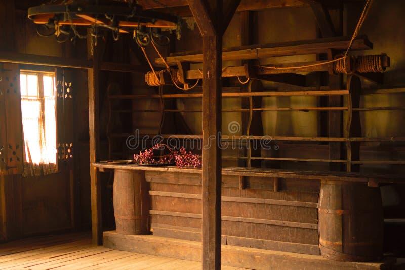 La vecchia casa di legno con un contatore della barra fotografia stock