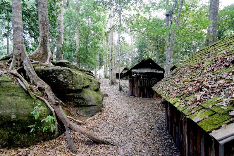 La vecchia casa in foresta fotografie stock