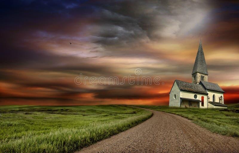 La vecchia chiesa alla cima della strada immagine stock libera da diritti