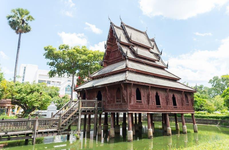 La vecchia chiesa di legno costruita nel buddismo nello stagno, Ubon Ratchathani, Tailandia fotografia stock