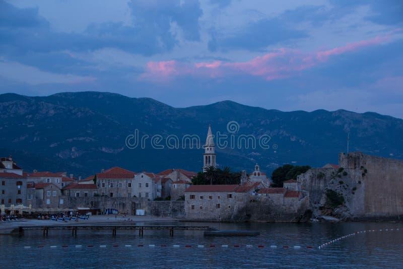 La vecchia città di Budua, la chiesa di St John, mogren la spiaggia, il tramonto fotografia stock libera da diritti