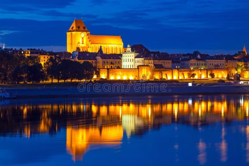 La vecchia città di Torum alla notte ha riflesso nel Vistola fotografia stock libera da diritti