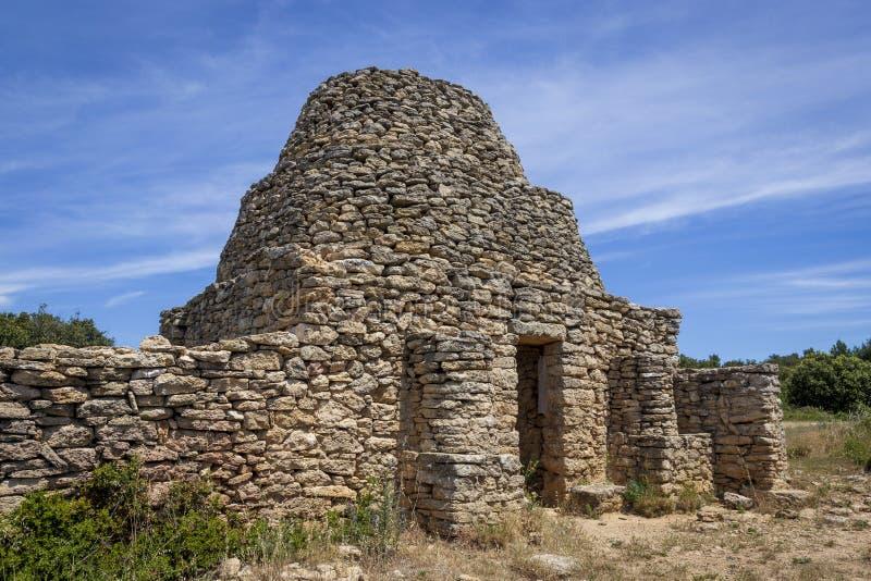 La vecchia costruzione di pietra ha chiamato Borie, alla montagna di Tallagard vicino a Salon de Provence Francia fotografia stock