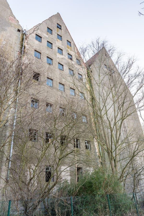 La vecchia costruzione libera della fabbrica assomiglia ad una casa di orrore fotografie stock