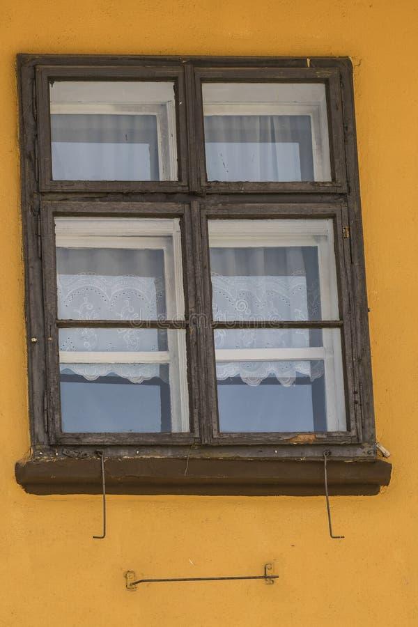 La vecchia finestra di legno dalla Romania su abbronza la parete fotografie stock