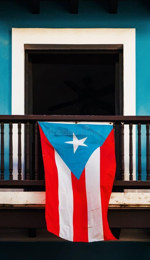 La vecchia finestra di San Juan con la bandiera portoricana ha visualizzato fotografia stock libera da diritti