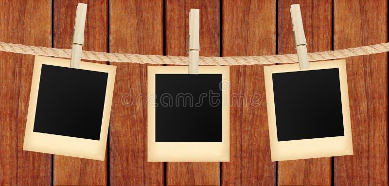 La vecchia foto carda l'attaccatura sulla corda sulle mollette da bucato sopra di legno fotografie stock libere da diritti