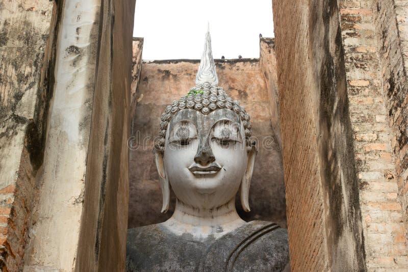 La vecchia immagine di Buddha su cemento con le rovine ed antico, costruito in storia moderna in parco storico fotografia stock libera da diritti