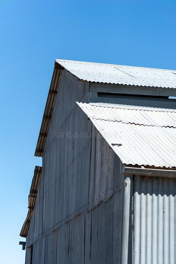 La vecchia lana del ferro ondulato ha sparso sulla stazione di entroterra in Australia immagine stock