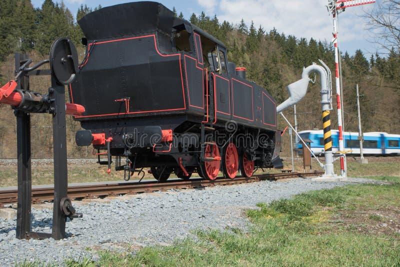 La vecchia locomotiva a vapore ed il treno moderno fotografie stock