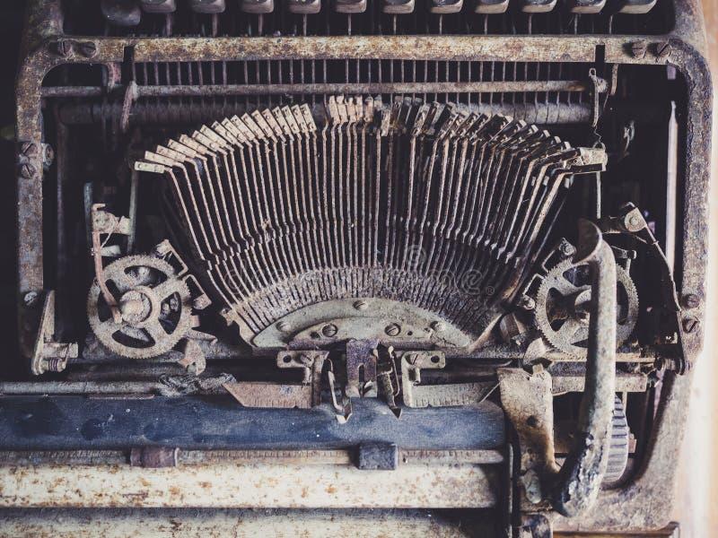 La vecchia macchina da scrivere dettaglia la vista superiore immagine stock libera da diritti