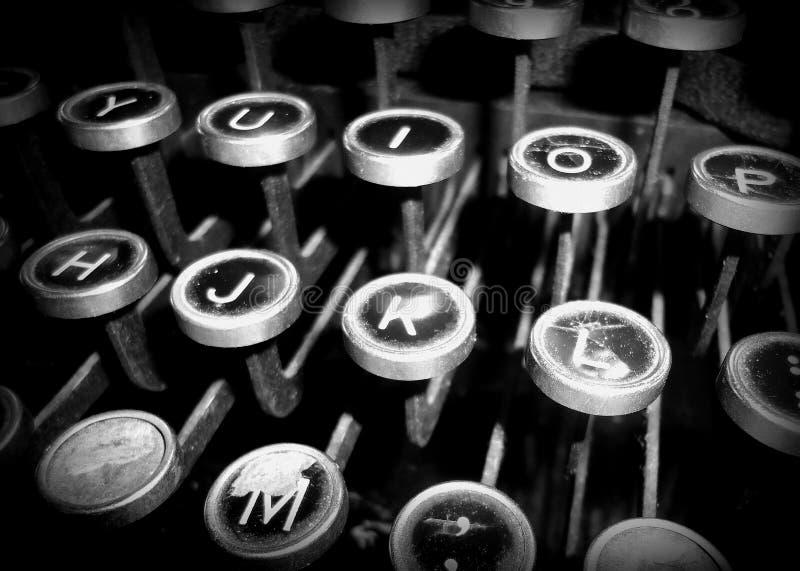 La vecchia macchina da scrivere digita il bianco e nero fotografia stock libera da diritti