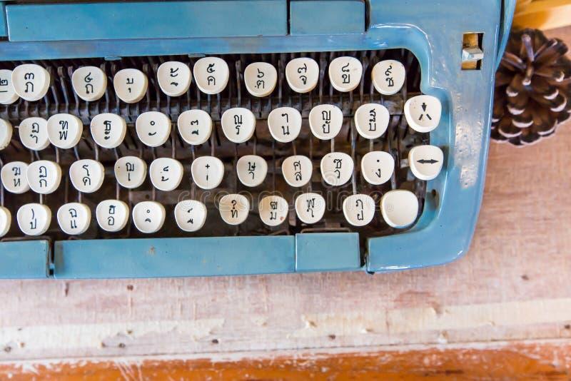 La vecchia macchina da scrivere manuale digita la lingua tailandese fotografia stock