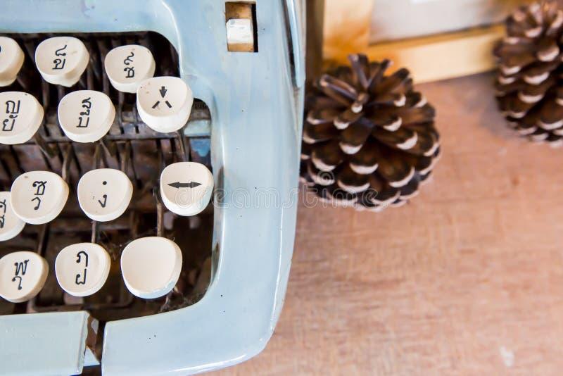 La vecchia macchina da scrivere manuale digita la lingua tailandese immagine stock