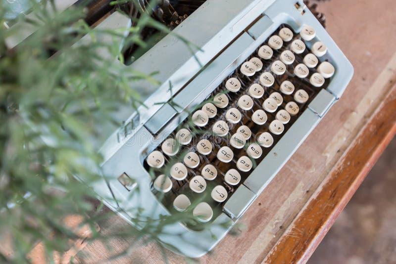 La vecchia macchina da scrivere manuale digita la lingua tailandese immagine stock libera da diritti