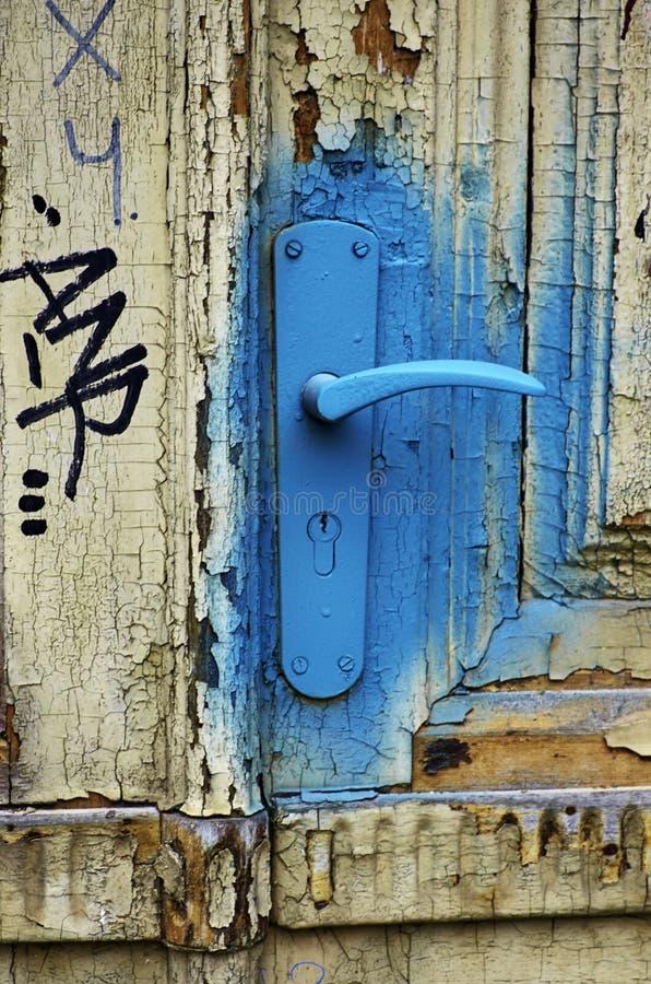 La vecchia maniglia di porta ha spruzzato con pittura blu, HDR immagini stock libere da diritti