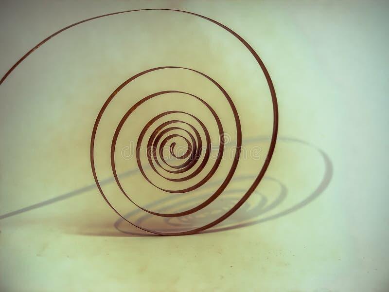 la vecchia molla del pendolo sotto forma di coclea è il cuore dell'orologio fotografia stock libera da diritti