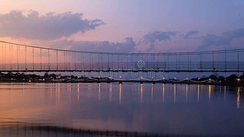 La vecchia nuvola commovente del ponte di legno fotografia stock libera da diritti