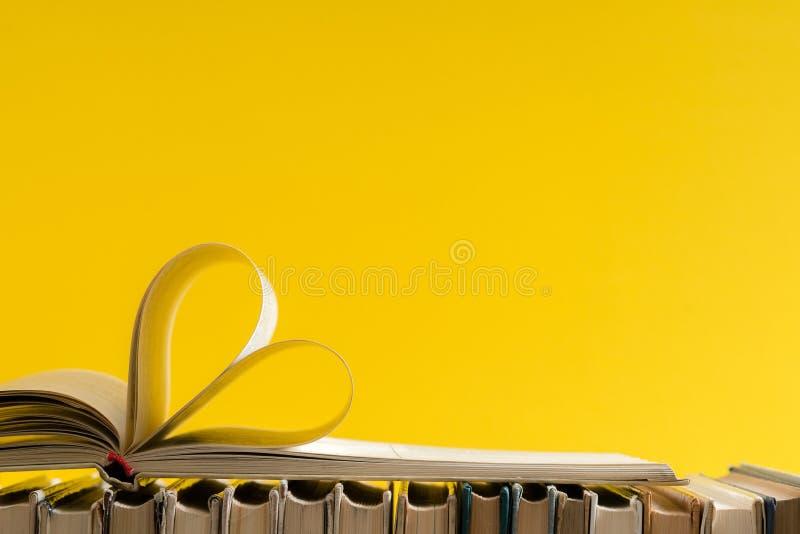 La vecchia pagina del libro della copertina rigida decora a forma del cuore per amore in val fotografia stock