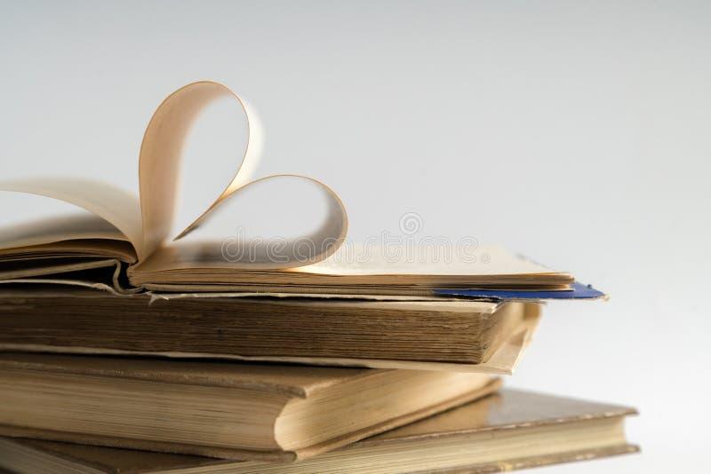 La vecchia pagina del libro della copertina rigida decora a forma del cuore per amore in val immagini stock libere da diritti