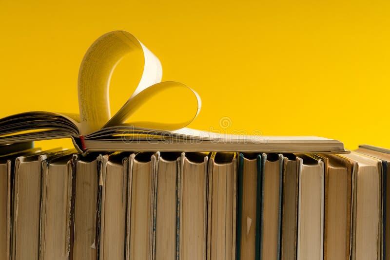 La vecchia pagina del libro della copertina rigida decora a forma del cuore per amore in val fotografie stock
