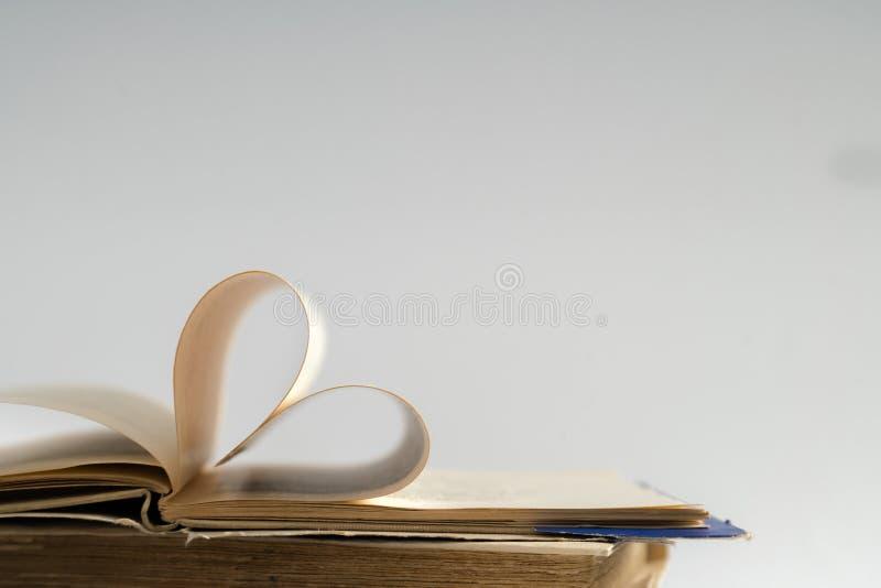 La vecchia pagina del libro della copertina rigida decora a forma del cuore per amore in val fotografia stock libera da diritti