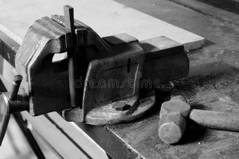 La vecchia penna della palla e del vice martella sul banco da lavoro fotografia stock libera da diritti