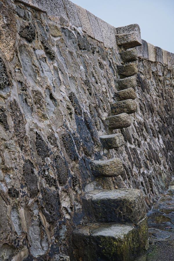 La vecchia pietra fa un passo il Cobb fotografia stock libera da diritti