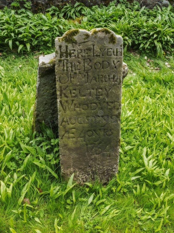 La vecchia pietra grave irlandese immagine stock