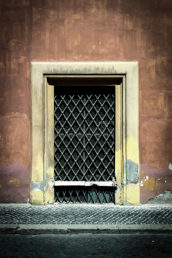 La vecchia porta di Decrepid sta la prova di tempo fotografia stock