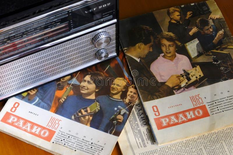 La vecchia radio d'annata VEF e la retro radio della rivista hanno pubblicato in URSS nel 1965 immagine stock