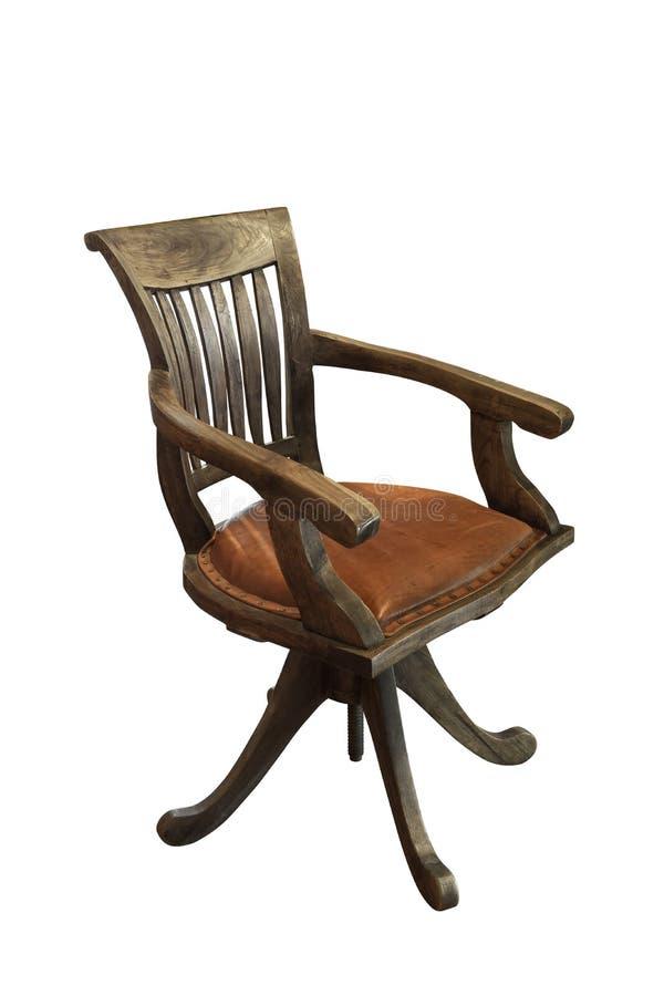 La vecchia retro sedia con legno marrone ed ha un sedile di cuoio isolato su fondo bianco fotografie stock libere da diritti