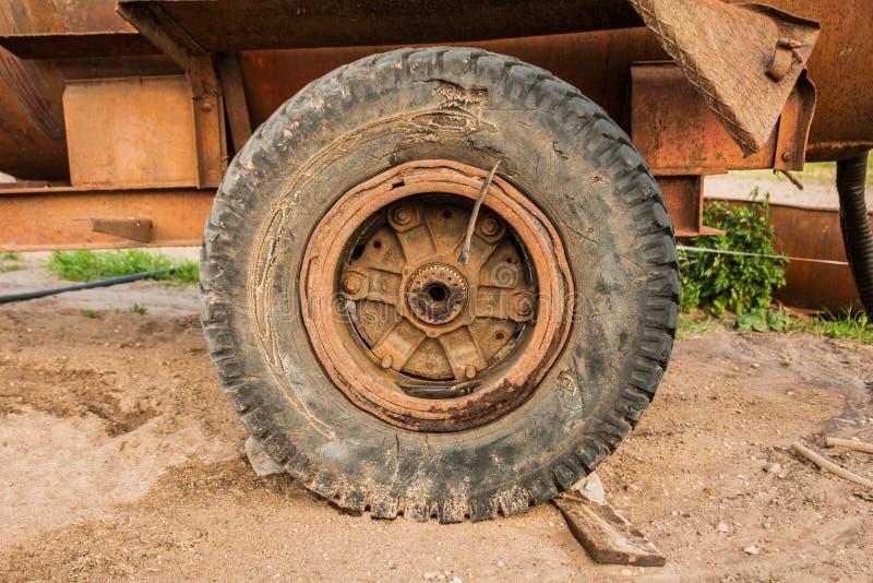 La vecchia ruota del rimorchio immagini stock