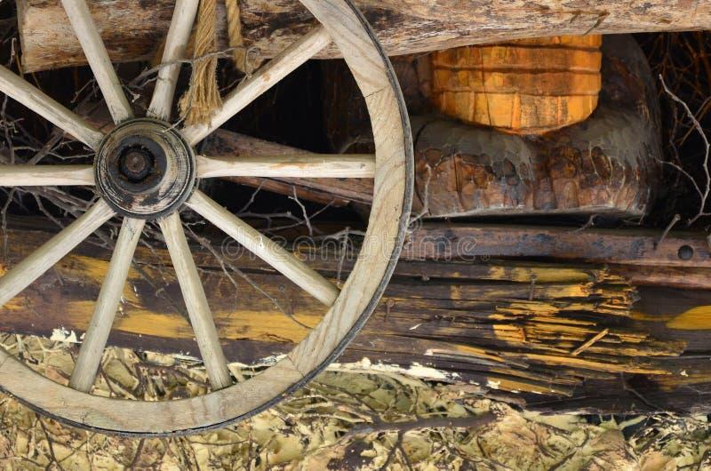 La vecchia ruota di legno dal trasporto appende sulla parete della barra ucraina fotografia stock