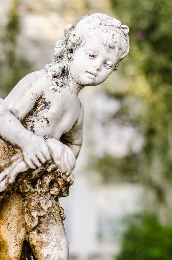 La vecchia statua dei bambini fotografia stock libera da diritti
