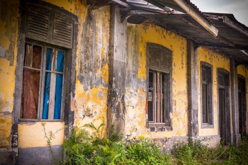 La vecchia stazione ferroviaria abbandonata e l'inesorabile fotografia stock libera da diritti
