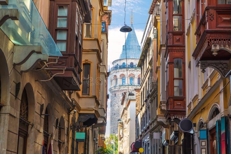 La vecchia strada di Istanbul e la Torre Galata, Turchia immagini stock libere da diritti
