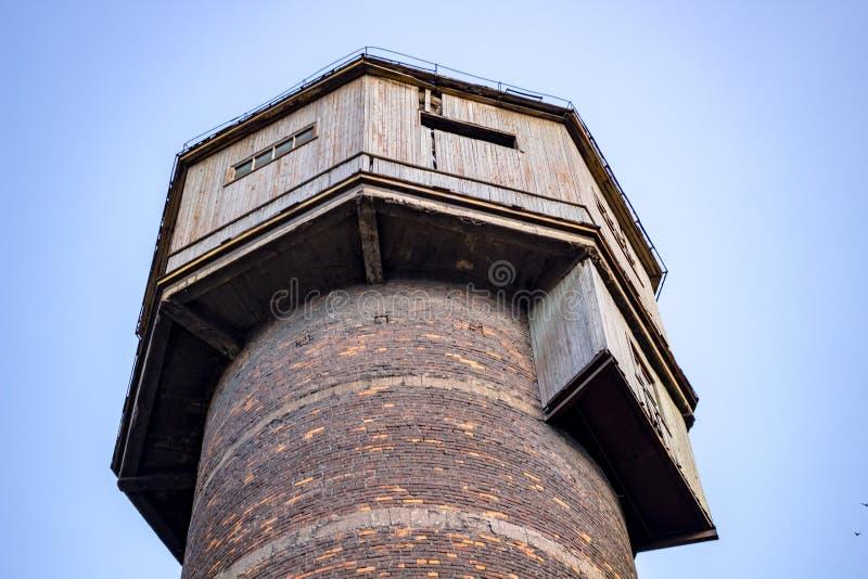 La vecchia torre di acqua inutilizzata immagini stock