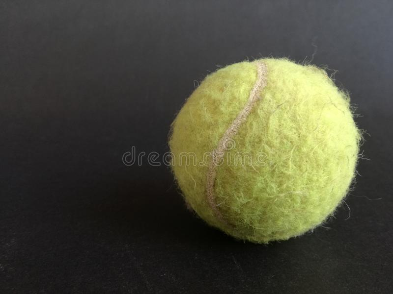 La vecchia una palla di tenis fotografia stock