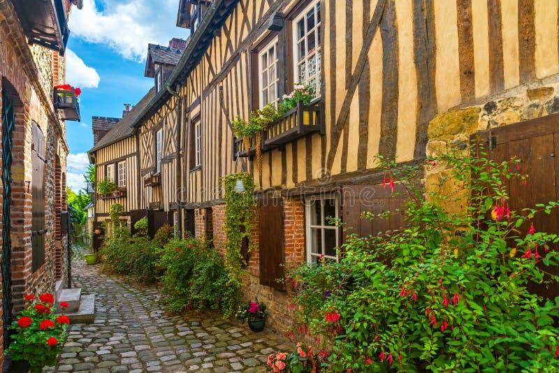 La vecchia via accogliente con la metà storica ha armato in legno le costruzioni nella bella città di Honfleur, Francia fotografie stock