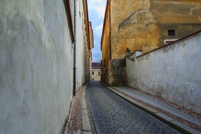 La vecchia via della città moderna Praga immagine stock libera da diritti