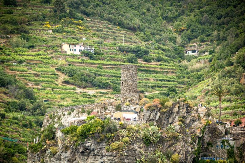La vecchie fortezza e torre Vernazza Castello Doria alla collina costiera della città Vernazza Bella cittadina di Vernazza fotografia stock libera da diritti