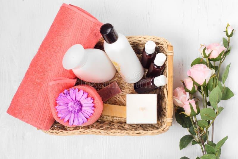 La vela de la loción de pelo del peine del balneario de los cosméticos de la toalla florece foto de archivo libre de regalías