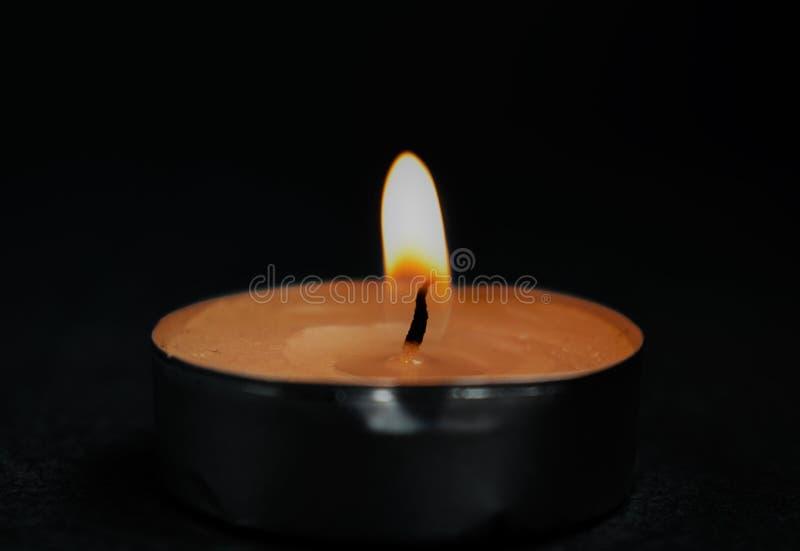 La vela de la noche oscura de la llama del fuego de la memoria fotos de archivo libres de regalías