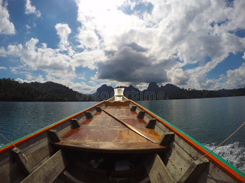 La vela del barco en el lago foto de archivo