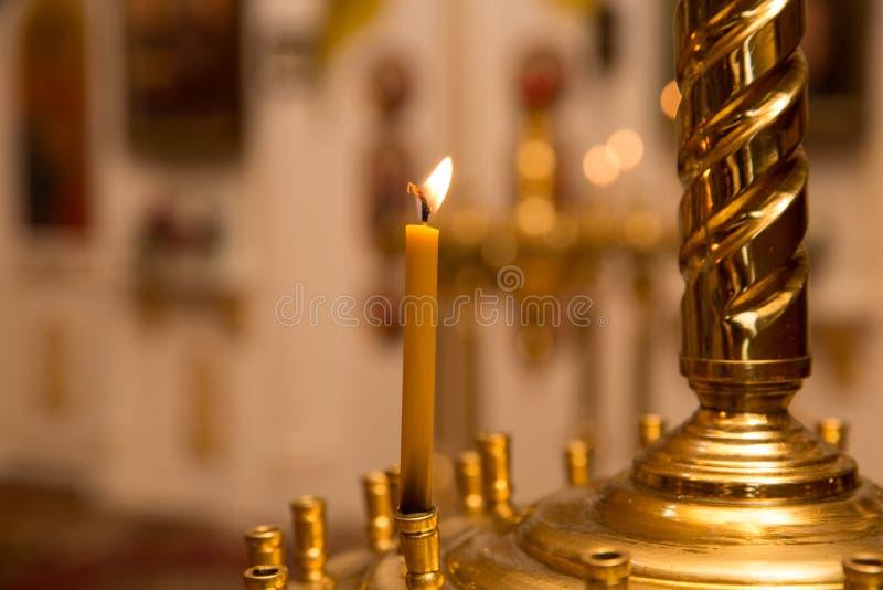 La vela enciende el fondo del bokeh imagen de archivo