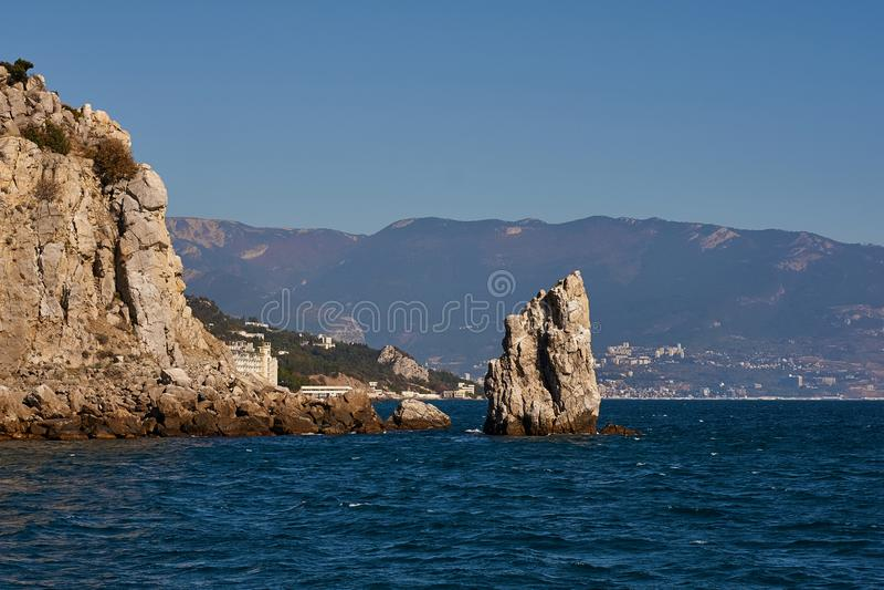 La vela stupefacente bella della roccia sta nel Mar Nero vicino alla città della Crimea di Jalta Il blu del mare, del cielo e del immagini stock libere da diritti