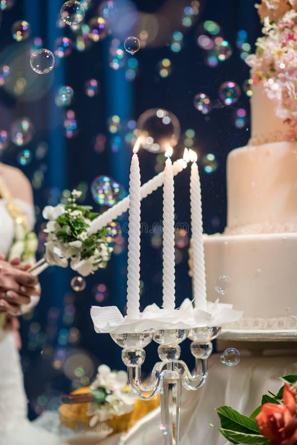 La vela y la flor de la decoración arreglan en día de boda fotos de archivo