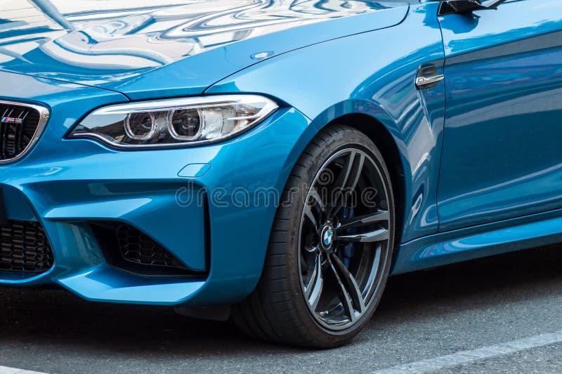 La vendita al dettaglio del coupé blu BMW M3 ha parcheggiato nella via fotografia stock
