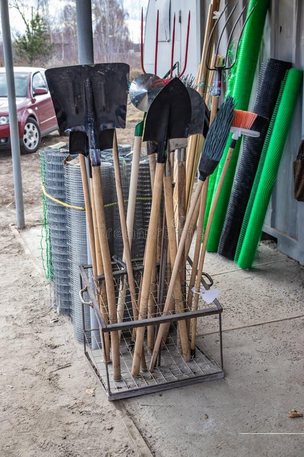 La vendita degli strumenti di giardino, vicino ai materiali da costruzione compera fotografia stock libera da diritti
